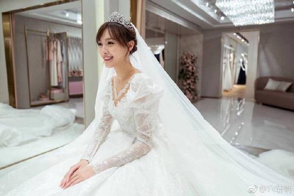 Váy cưới Đường Yên có đuôi dài 4 mét
