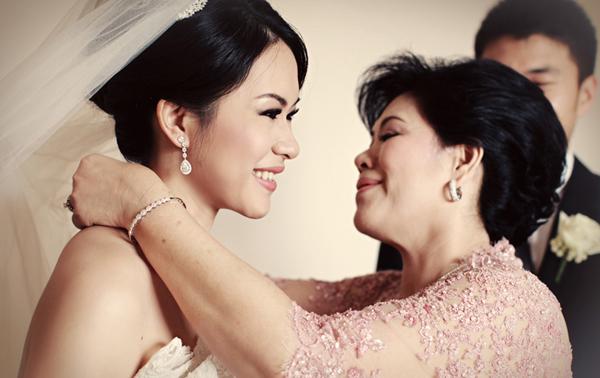 Mẹ đeo vòng cổ cho con gái trong ngày cưới
