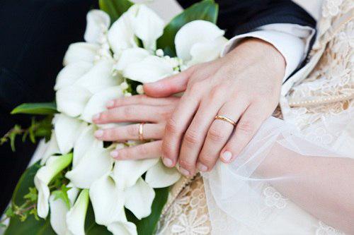 Nhẫn cưới trao tay