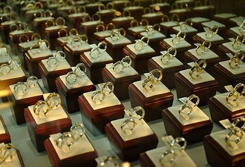 Các loại nhẫn cưới vàng và vàng trắng