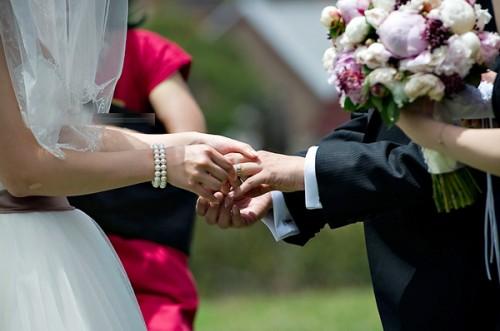 Cô dâu trao nhẫn