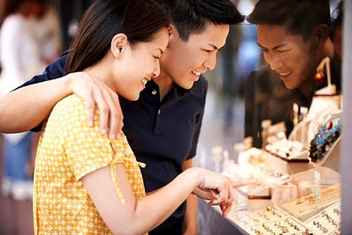 Cặp đôi hạnh phúc đi chọn nhẫn