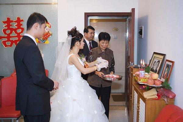 Cô dâu chú rể bái gia tiên