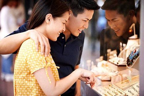 Chọn vàng trang sức tặng cô dâu trong ngày cưới