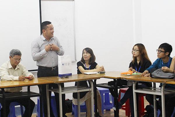 APJ tặng quà cho các sinh viên xuất sắc của ĐH Văn Lang