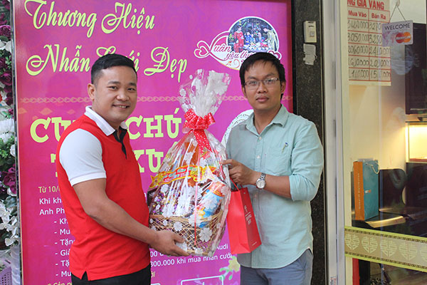 Khách hàng đầu tiên được trao tặng Giỏ quà tết tại APJ