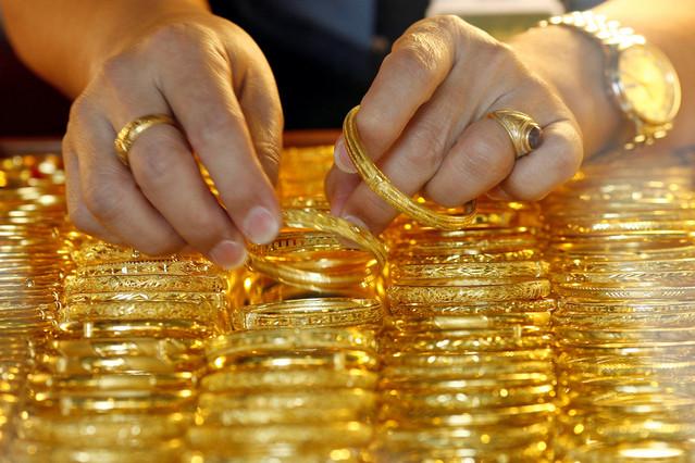 Giá vàng hôm nay 28/9: USD lên đỉnh, vàng lao dốc.