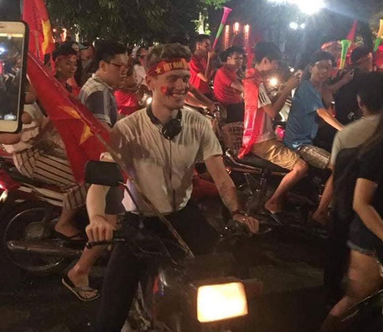 Những hình ảnh hài hước sau chiến thắng Olympic Việt Nam đêm 27 tháng 8.