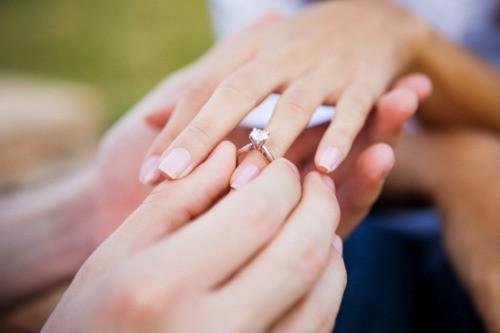 Chọn vị trí đeo nhẫn cưới cho đúng