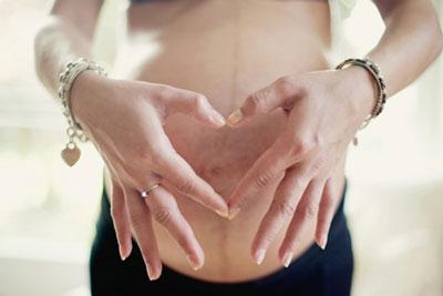 Đeo trang sức khi mang bầu có hại không?