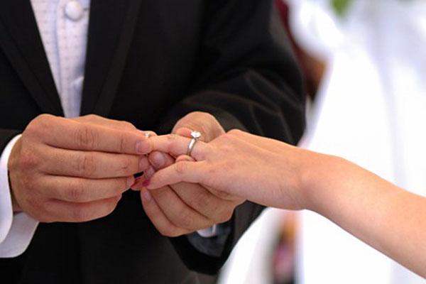Làm thế nào để đeo cả nhẫn đính hôn và nhẫn cưới
