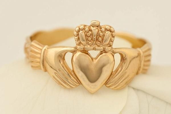 Nhẫn trái tim đội vương miện