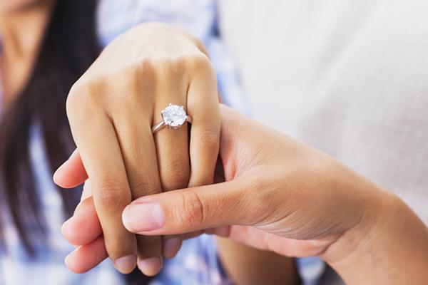 Để nhẫn cưới rạng ngời trên đôi bàn tay trong ngày cưới