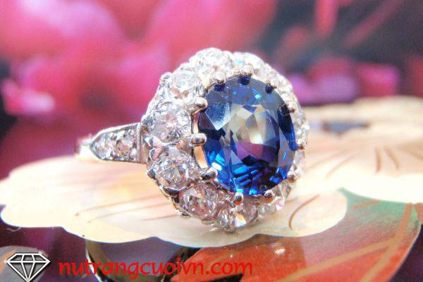 Nhẫn đính hôn gắn đá quý nhiều màu rực rỡ