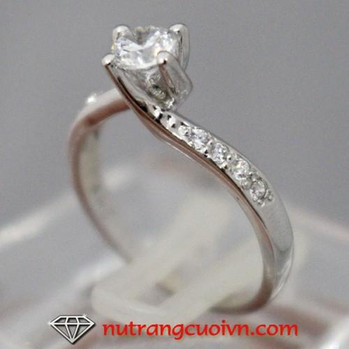 Nhẫn đính hôn kim cương nhân tạo rẻ đẹp sang trọng