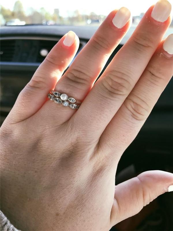 Mua nhẫn cưới GIÁ BÈO, cô gái khôn ngoan đáp trả nhân viên bán hàng