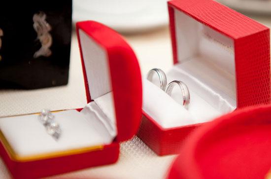 Để nhẫn cưới đẹp được đồng bộ với trang sức cưới